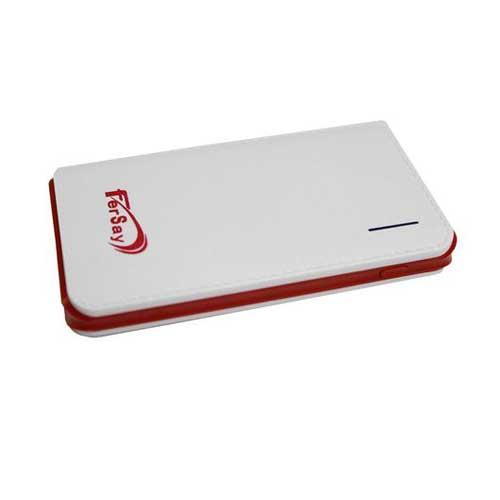 Power bank Batería externa Fersay con puerto USB - linterna integrada - Batería externa con 1 puerto USB muy ligera y práctica ya que carga móviles y tablets - incluidos Samsung e IPAD - en cualquier lugar donde se encuentre. Se puede cargar en el ordenador o conectándose a la red eléctrica. Con linterna integrada. Esta batería esta pensada para cargar aparatos con entrada de DC 5V. - Entrada max.: DC 5V / 2 A. - Salida max.: DC 5V / 2,1 A. - Entrada Micro USB. - Potencia: 6000 mAH. - Cable USB-Micro USB incluido. - Linterna incorporada. - Incluye cable de carga. - Medidas: 108 x 58,8 x 14,2 mm. - Peso: 121 gramos. - Color: blanca y roja.
