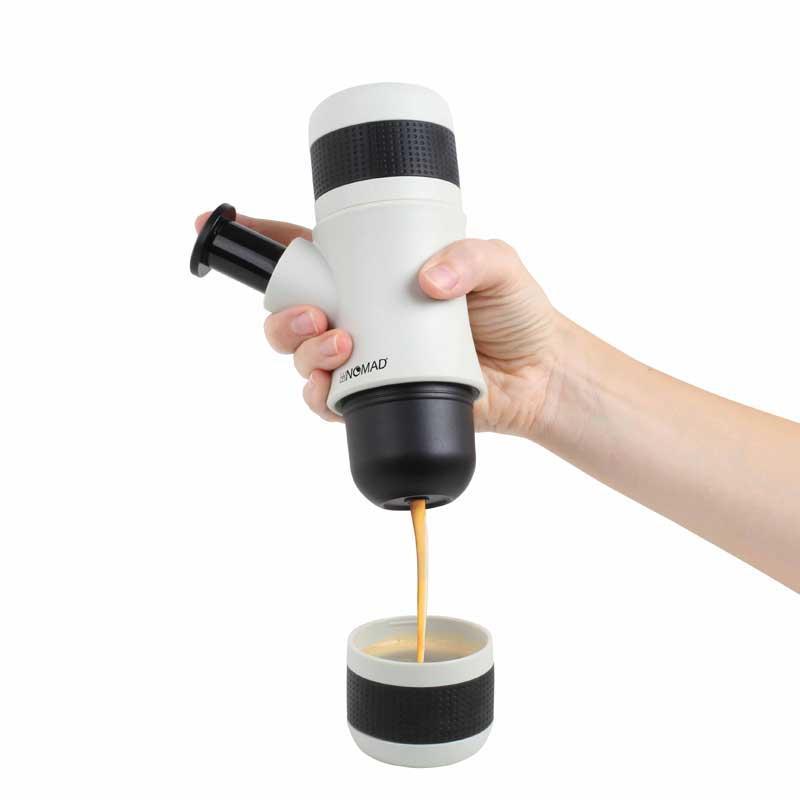 Maquina de cafe Mobile Domoclip MEN343 Nomad - sin electricidad - Máquina de café mobile de 1 taza que permite preparar café de calidad en cualquier lugar sin necesidad de suministro eléctrico mediante presión manual, capacidad 80 ml, taza incluida. Solo necesita café molido y agua caliente, para obtener un delicioso café expresso. Su peso y dimensiones reducidas favorecen su portabilidad. Fácil manejo y limpieza. - Medidas: 6,7x9,3x18,2 cm. - Peso bruto: 0,386 kg. - Capacidad: 80 ml.