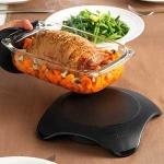 Calienta Platos Mastrad F04100 Magma - negro - El calientaplatos Magma de Mastrad está diseñado para la comida que se sirve caliente o fria, para mantener cada plato elaborado a la temperatura adecuada para servirlo. Dos minutos en el microondas es suficiente para que mantenga, durante 1 hora, los platos calientes de todo tipo de alimentos: guisos, sopas, verduras, carnes, salsas, tortas, bollería, pasteles. También es ideal para mantener las teteras y cafeteras calientes. Sin llama o conexión, se utiliza dentro y fuera. El interior del calientaplatos, a base de cerámica, almacena el calor y lo libera poco a poco a través de su envoltura. Además, su base y perímetro de silicona son antideslizantes y el borde permanece frío, para que puedas manipularlo con las manos con total seguridad. Y si quieres mantener frescos tus platos, ¡ Magma también te sirve !, basta con meterlo en el congelador 2 horas antes del servicio como mínimo, y ayudará a mantener fríos tus platos durante aproximadamente 45 minutos. Ideal para fiestas, reuniones familiares, catering en empresas, buffet o pequeños bares y restaurantes. - Ver Detalles -.