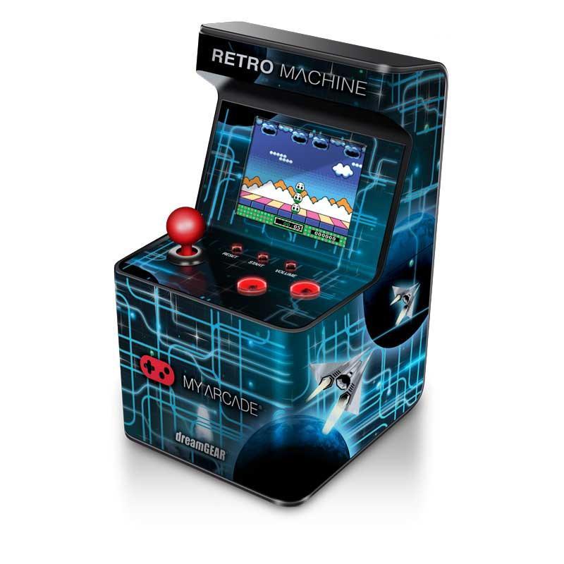 Consola Retro My Arcade Machine SOGO - 200 juegos - Mini Consola My Arcade Retro Machine Gaming System con 200 juegos incorporados. Nostalgia de la vieja escuela con juegos modernos. Pantalla en color de 2,5 pulgadas. Control de volumen. No necesita consola. 200 juegos (16-bit). Base antideslizante. No apto para menores entre 0-3 Años. - Medidas: 85 ancho x 85 profundo x 150 alto mm. - Peso aproximado: 0,4 kg. - Alimentación eléctrica: 3 AA pilas - no incluidas -.