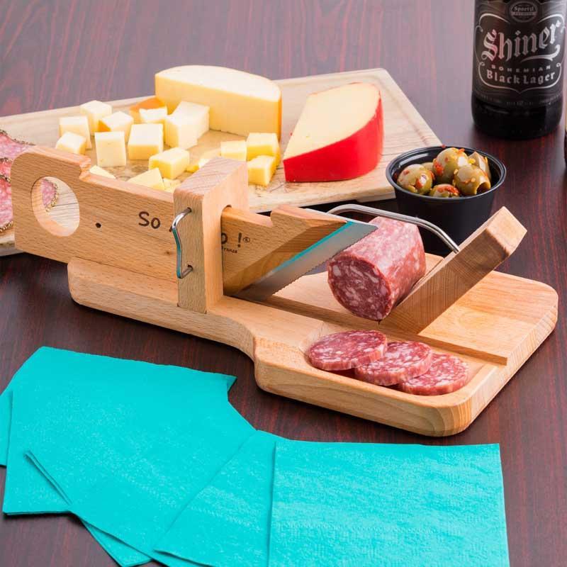 Guillotina cortadora de embutidos Bron Coucke GS01 - Esta máquina cortadora le permite cortar y servir, delicioso embutido, chacinas, queso o salazones y ahumados mientras que proporciona una visualización atractiva para sus invitados o huéspedes. Con su fuerte cuchilla cortará fácil y rápidamente los alimentos antes de servirlos como aperitivo, o bien, espere hasta que lleguen a la mesa para dar un corte adaptable al gusto del comensal. Incluso permite a sus invitados o clientes cortar a su propio gusto como una actividad añadida, practica y segura que hará que su establecimiento resulte difícil de olvidar. Además, cuando su máquina de cortar no está en uso, un bloqueo mantiene el mango en su lugar y la hoja protegida para mayor seguridad. Su base incorpora 4 almohadillas antideslizantes, aportando tranquilidad y estabilidad cuando está en uso. La bandeja pequeña complementa la máquina de cortar y le permite servir sus alimentos recién cortados. - Material: madera de haya y cuchilla microdentada de acero inox. - Color: beige. - Medidas: 27,9x15,6x10,2 cm. - Medidas cuchilla: 9,5x1,5x0,1 cm.- Peso: 0,67 kg. - Fabricado en Francia. - Ver DETALLES -.