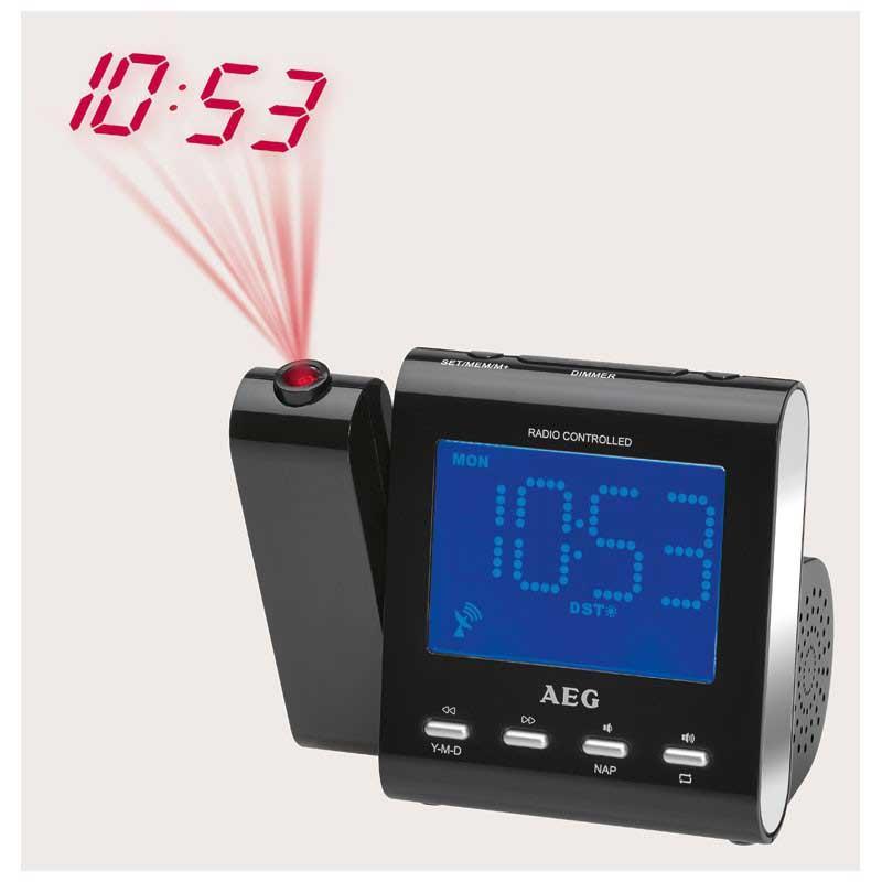 Radio despertador Proyector AEG MRC4122 - negro - ¡Ya no hay excusas para quedarte dormido/a !. Con este magnífico Radio Despertador con proyector incluido nunca se te hará tarde Usa su alarma con función Snooze para no volver a quedarte dormido/a. Gran pantalla LCD de 9,5 cm, ajuste de hora controlado por radio, proyector basculable 180 º, la última tecnología en un tamaño reducido. Radio despertador con proyector y pantalla LCD 24 horas de 9,5 cm, iluminada en color azul, botón de encendido, ajuste del tiempo de radio. Proyector ajustable 180º con opción de apagado. Control de volumen y de frecuencia digital. FM PLL-radio con función memoria, visualización de la frecuencia de radio digital, antena dipolo. Función de alarma, ajustable por días - de lunes a viernes -, Sleep Timer hasta 90 minutos. Posibilidad de tono por señal con intervalo de repetición, o por radio. Conector Jack 3,5 mm. - Voltaje: 230v, 50hz, se puede poner pila botón CR2032 - no incluida -, para evitar que se apague si falla el suministro eléctrico.