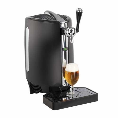 Dispensador cerveza Domoclip DOM369 - para barril 5 L presurizado - Máquina dispensadora para cerveza Domoclip, sencillo sistema para servir cerveza de barril para casa que permite su utilización con todo tipo de barriles de 5 litros estándar presurizados. Dispone de una visible pantalla LED que informa sobre la temperatura de la cerveza, para disfrutar de la caña de cerveza fría siempre a la temperatura deseada. Dispensadores ideales para acoplar en buffet, celebraciones, eventos o en cualquier rincón de su casa - cocina,terraza, barbacoa -, para sus fiestas, reuniones y otros eventos festivos donde preparar y servir cervezas a familiares y amigos de la manera más clásica. Estos dispensadores de cerveza con grifo eléctricos utilizan el sistema de refrigeración termo-eléctrica, prácticamente sin ruido - sin compresor -, disponen de un sistema de apertura sencillo e incorporan una práctica bandeja anti-goteo. Plató escurridero desmontable para limpieza fácil. Pies con ventosas para mayor estabilidad. Características técnicas: - Capacidad: 5 litros. - Temperatura ambiente de uso: 12°- 28°C. - Temperatura max. de uso: 35 ºC. - No apto para uso en exteriores. - Peso: 5,09 Kg. - Medidas: 27,3 x 45,5 x 49,5 cm. - Voltaje AC: 220 - 240 V, 50 Hz, 65 W. - GARANTÍA: 2 AÑOS.