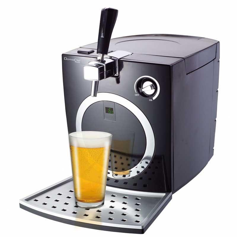 Dispensador de cerveza Domoclip DOM330 - Máquina dispensadora para cerveza Domoclip, sistema cerveza de barril para casa que permite su utilización con topo tipo de barriles de 5 Litros estándar o con sistema de presión integrada, dispone de sistema de bomba integrado para utilización de barril no comprimido o sin presión. Fijación de la temperatura por LED, para disfrutar de la caña de cerveza fría siempre a la temperatura deseada al tener la posibilidad de graduar la temperatura. Dispensadores ideales para acoplar en buffet, celebraciones, eventos o en cualquier rincón de su casa - cocina,terraza, barbacoa -, para sus fiestas, reuniones y otros eventos festivos donde preparar y servir cervezas a familiares y amigos de la manera más clásica. Totalmente desmontable para limpieza fácil y compatible con lavavajillas. Pies con ventosas para mayor estabilidad. Estos dispensadores de cerveza con grifo eléctricos disponen de un sistema de apertura sencillo e incorporan una práctica bandeja anti-goteo. Características técnicas: - Capacidad: 5 litros. - Peso: 7 Kg. - Medidas: 29x40x44 cm. - AC: 220v, 50hz, 72w.