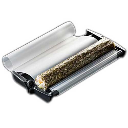 Máquina para hacer sushi Easy Sushi 8507 - D3,5 cm - Negro - Máquina Easy Sushi para facilitar la introducción a las preparaciones más universales de la cocina japonesa, como son el sushi y los makis, rollos de alga nori rellenados de arroz - sushi - e ingredientes como: salmón, aguacate, atún, pepino.. Utensilio compuesto por una base y una superficie de film sujeta a una varilla. Una vez depositada el alga, el arroz y los ingredientes en el centro del aparato, sólo tenemos que cerrarlo y estirar de la varilla para que el film interior haga su función prensadora y nos haga un rollo perfectamente terminado, luego corte el sushi en un máximo de 8 makis . - Diámetro: 3,5 cm. - Dimensiones: 24,1x6,4x4,4 cm. - Peso: 172 gr. ¡ Conviértete en un maestro en el arte del sushi con este utensilio rápido y sencillo que puede utilizar cualquier persona !.