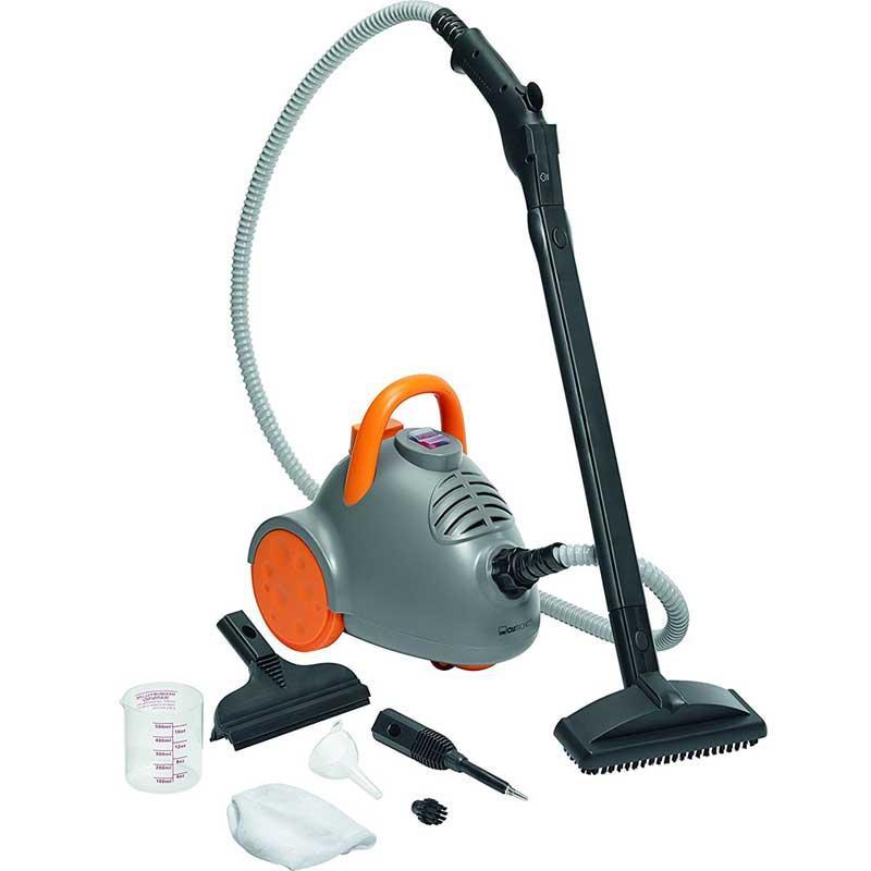 Limpiador a vapor Clatronic DR3536 - Bomann DR906 - Limpiador al vapor Clatronic DR 3536 que limpia, desengrasa y desinfecta a una temperatura de 100ºC sin residuos de cal, marcas o rayas que procedan de la limpieza. Vaporeta con 3,5 bares de presión de vapor, tanque de agua de 0,6 litros y caldera de aleación de aluminio. Ideal para la desinfección de baños y cocinas. Puede emplearse para limpiar hornos, superficies con azulejos, ruedas de coches o muebles. También permite limpiar ventanas de manera cómoda con su accesorio especial para limpiar cristales. Limpiador de vapor con lamparas de control de toma de corriente y de reserva, proporcionando seguridad a la tapa del tanque con la válvula de alivio de presión, protección contra sobrecalentamiento e interruptor de encendido protegido contra salpicaduras de agua. Práctica asa de transporte y control de vapor en el mango además de un botón de bloqueo adicional para operación continua. Ruedas suaves para no dañar suelos delicados al desplazarse. Incluye 9 accesorios: 2 partes insertables al tubo extensible, 1 cepillo para suelos, 1 paño especial de material