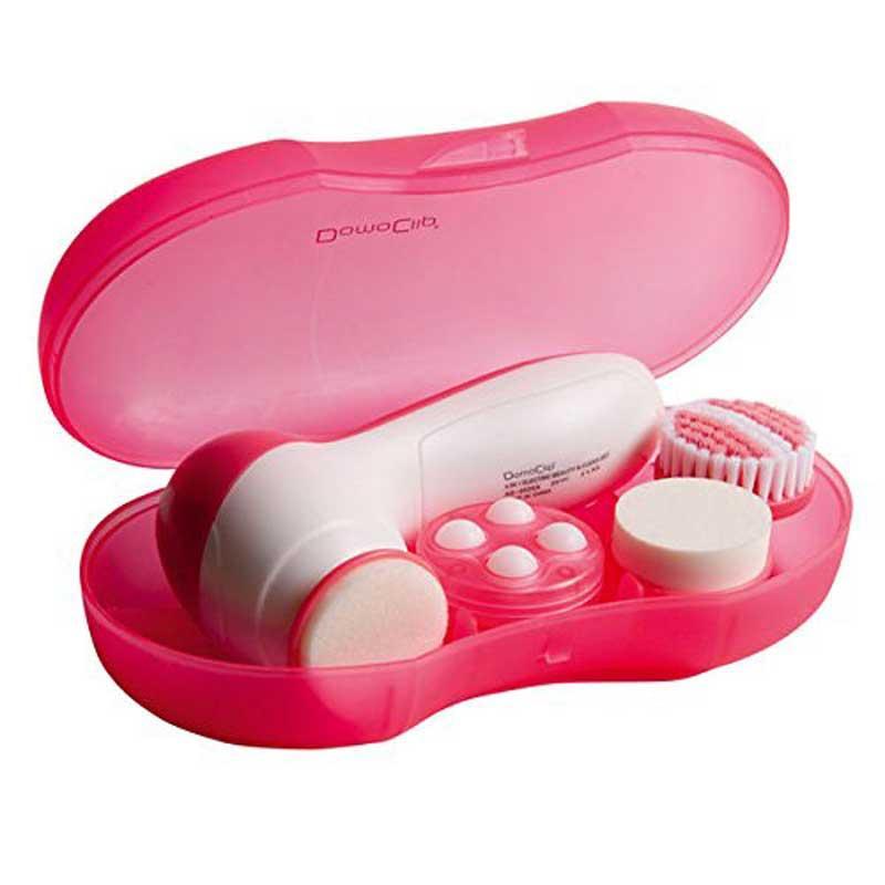 Masajeador cepillo Domoclip DOS110 - limpieza facial - El cepillo para limpieza facial 4 en 1 Domoclip es un cepillo de rotación para limpieza en profundidad de su cutis, soporte acompañado de 4 cabezales intercambiables: cepillo de esponja para masaje, pule y limpia el cutis, cepillo de micro-fibra para exfoliar y limpiar a fondo, cepillo látex para activar la circulación y dar mayor elasticidad, cepillo de masaje para mejorar la circulación de la sangre en el cutis y el cuerpo, con 2 velocidades según el tipo de limpieza a realizar. Alimentación eléctrica: 2 baterías alcalinas AA - no incluidas -
