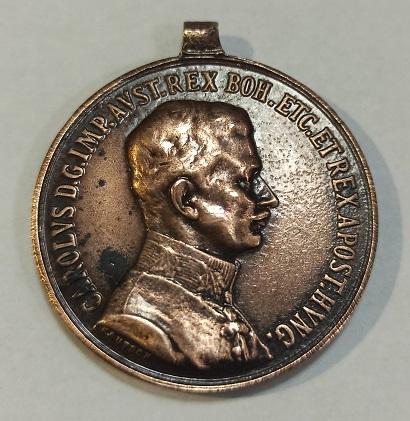 Medalla - Carlos I de Austria (1916) CAROLVS D.G.IMP.AVST.REX BOH ETC ET REX APOST H - Medalla Carlos I de Austria, (1916) CAROLVS D.G.IMP.AVST.REX BOH ETC ET REX APOST HVNG FORTITUDINI. Estado: Muy Bueno. Material: Bronce. Peso: 15,4 g. Diametro: 35 mm.  Austria, Medal, Charles, History, EF(40-45), Bronze,Bust right,Wreath,CAROLVS D. G. IMP. AVST. REX BOH. ETG. ET REX APOST. HVNG.,FORTITVDINI Material: Bronze. Weight: 15.40 g. Diameter: 35.00 mm  + NOTA: No se admiten devoluciones.