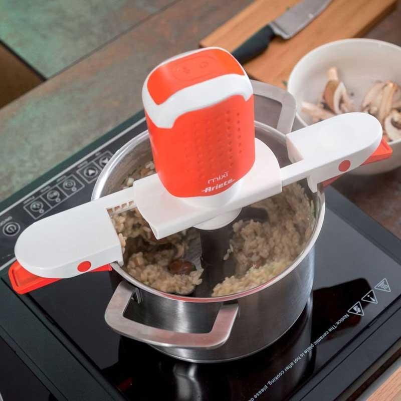 Mezclador eléctrico Ariete 619 Mixi - Inalambrico - 2 velocidades - El Mezclador eléctrico Ariete 619 Mixi es el nuevo mezclador automático inalámbrico ideal incluso paro los platos más elaborados. Mixì mezcla los alimentos para que no se peguen a la olla y no tengas que remover constantemente. Debido a su batería de larga duración, podrás preparar risotto, bechamel, cremas, mermeladas y guisos en general que requieran remover continuamente. Tiene dos velocidades y se adapta a cualquier olla, en altura o en anchura. Ponga los ingredientes en la olla y déjelo funcionando para que no se peguen al fondo. Mixì preparara cualquier plato sin la molestia de tener que mezclar o remover. Fácil de usar, de desmontar, de limpiar y de almacenar. Fabricado en Italia. - Ver Detalles -.
