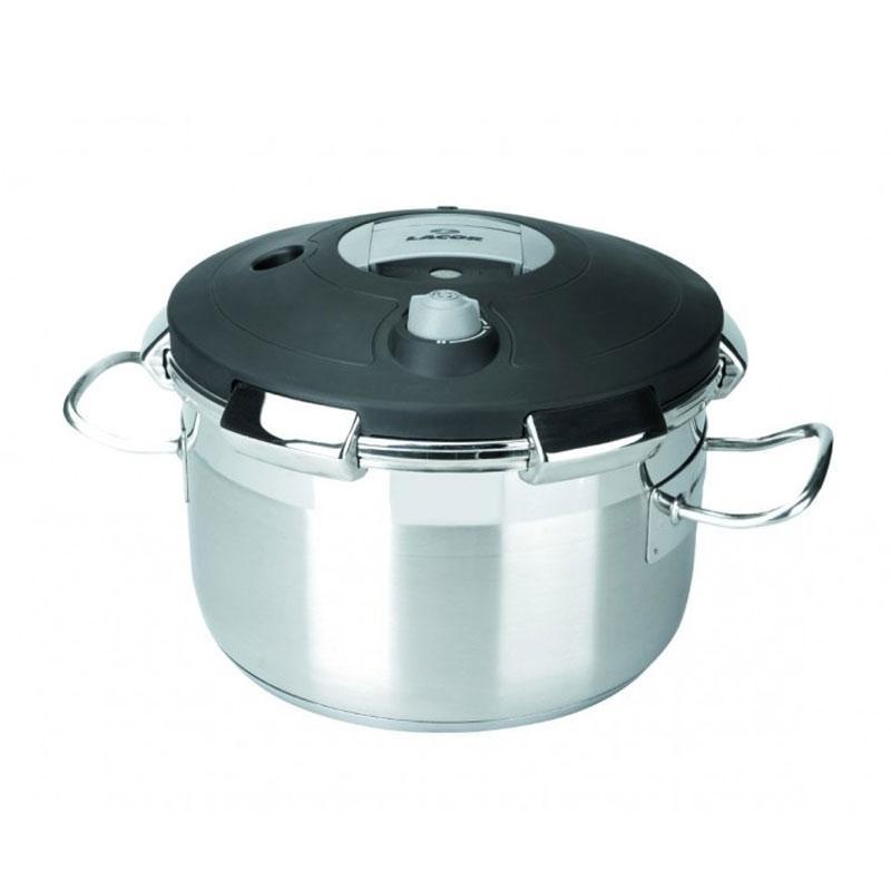 Olla a presion Lacor 50823 - serie Chef Luxe  22 litros - 32 cm - Olla a presión profesional de 22 litros en acero inoxidable 18-10 de la serie Chef Luxe de la marca Lacor, diseñada para satisfacer las necesidades de los profesionales del sector de la hostelería. Excelente resistencia a la corrosión, a los ácidos alimentarios y sales. Fondo termo difusor tipo sándwich con acero 18-10 - aluminio- acero 18-10 y fondo capsulado para cocinas de gas, eléctrica, vitrocerámica y de inducción - absorción total de las calorías. Con esta olla a presión usted ahorrará hasta un 70% de tiempo respecto al sistema habitual de cocción, y ahorrará energía, hasta un 60% en platos de largo tiempo de cocción y entre un 30% y un 40% en platos de tiempo de cocción corto.  Características: - Dimensiones: 32x32 cm. - Volumen: 22 litros. - ( ENVÍO GRATIS ). - Ver Detalles -
