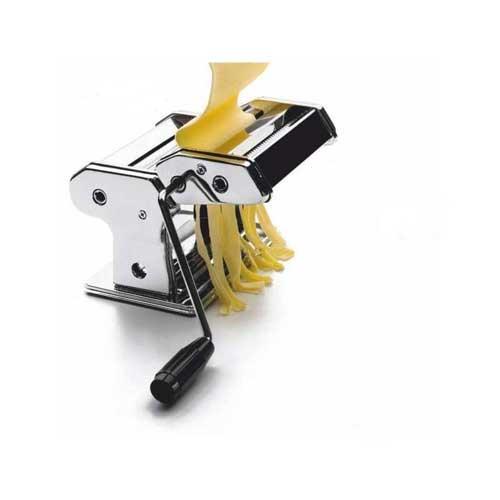 Máquina confeccionadora de Pasta manual Lacor 60391 - 26 cm - Máquina laminadora de acero inoxidable para hacer pasta fresca profesional de Lacor. Ecológica, no requiere electricidad. Lámina hasta 26 cm. de ancho con 9 posiciones distintas, para preparar pasta en distintas medidas de 3 a 0,2 mm. para hacer fetuccini, spaghetti, lasaña y ravioli. 1 Rodillos cortantes para la preparación de fideos o spaghettis frescos. Sistema fijación a mesa de trabajo para un mejor modo de uso. Fácil limpieza. Fabricado de acero inoxidable 18-12 cromado muy resistente y de alta calidad. - Dimensiones: 32x20x16 cm. - Peso: 5 kg. - Ver Detalles -