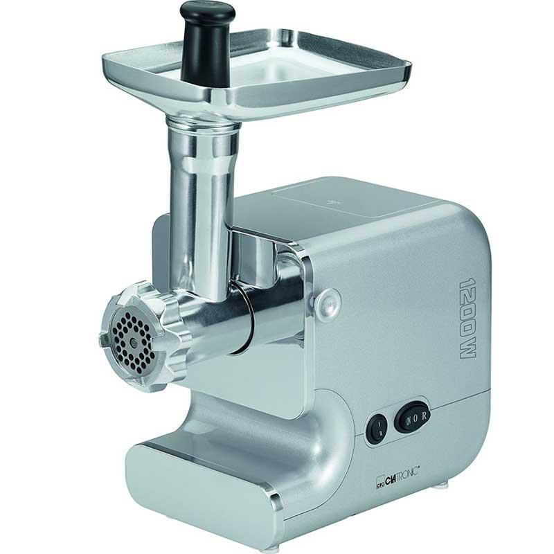 Picadora de carne Clatronic FW3506 - Bomann FW447 - 1200w  - Picadora de carne Clatronic con potente motor de 1200w de larga duración, frontal cromado y bandeja de rellenado, tubo, cortador y tornillo hechos en acero inoxidable. 3 discos de 5,5 cm de diámetro perforados para triturar de acero inoxidable de 7-5-3 mm. Cuchilla cortadora de acero inoxidable. Accesorios: Pieza adaptable para hacer galletas, para embutir salchichas, para rellenar el aparato con carne. Pieza adaptable accesorio para Kebbe o masa para delicias orientales. Interruptor on-off. Función retroceso. Pies con ventosa en la base para mayor estabilidad. Estas picadoras de carne domesticas disponen de compartimento en parte trasera para guardar todos los accesorios. - Dimensiones Alto x Ancho x Profundo: 36x16x25 cm. - Diámetro discos: 5,5 cm.  - AC: 230v, 50hz. - Potencia: 1200w Lock Power. - Modelo Equivalente: Bomann FW447 -
