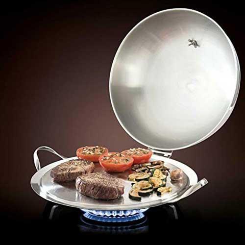 Combo o Plancha de asar anti-ralladuras Mastrad F63580 - Nómada, el combo OPlancha de asar anti-ralladuras Mastrad F63580 que puede utilizar a diario, interior y exterior, para una cocina sana y sabrosa que conservar el sabor y las cualidades nutricionales de todo tipo de alimentos, mantiene el sabor cocinando de forma limpia y sin grasa. Calentamiento ultra rápido en segundos. Asas de acero inoxidable resistente al calor. Superficie antiralladuras, fácil de limpiar. Esta plancha de cocina de excelente calidad admite todas las fuentes de calor, incluido la inducción, horno y la parrilla de barbacoa. Respetuoso con el medio ambiente. Tapa extraíble. Lavable con esponja o en el lavavajillas. - Peso: 2,9 Kg. - Dimensiones: 38,7x13,7x34,8 cm. - Material: Acero inoxidable 18-10 y aluminio. - Garantía de por vida. - Ver Vídeo y Detalles -.