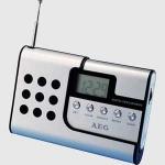 Radio Reloj Digital portátil AEG DRR4107  - Radios Digitales Portátiles con función reloj de atractivo diseño de aluminio. Radio digital FM, pantalla, indicación de la frecuencia digital, reloj, clip de cinturón, altavoz de alta calidad, conector de auriculares de 3,5 mm, antena telescópica y regulador del volumen. Alimentación con 2 baterías tipo AAA - no incluidas -.