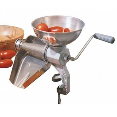 Rallador pasador de tomate profesional Bron Coucke CT3X - Reber nº3 - Inox - El rallador pasador de tomates y frutas profesional en acero inoxidable Bron Coucke CT3X / Reber nº3 es ideal para rallar o triturar tomates y frutos sin hueso: frambuesas, grosellas, arándanos, moras, uvas, melón, peras, membrillo. Para la elaboración de salsas, sopas, sorbetes o helados. Es fácil de utilizar, solo hay que girar una simple palanca para obtener el fruto rallado de manera segura e higiénica, las pieles y semillas se descartan aparte. Estos pasadores de tomate y frutos disponen de una estructura rígida y robusta de fundición de aluminio pintado, con fijación de abrazadera recubierta de nylon antideslizante que los sujetan de forma segura. Fabricado en Italia en acero inoxidable 18-10 que ofrece un alto nivel de calidad y resistencia. - Embudo, escurridor y cono de acero inoxidable.  - Medidas: 30 x 22 x 32 cm. - Diámetro del cono: 7 cm. - Peso: 2,5 kg. - Rendimiento: 35 kg - hora. + Modelo equivalente : Reber 8603 N ( nº3 ).