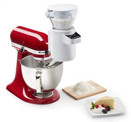 Tamizador + Balanza accesorio Kitchenaid 5KSMSFTA - Este tamizador + balanza de cocina te permitirá obtener fácilmente resultados deliciosos y esponjosos en cada ocasión. Mide y tamiza los ingredientes con precisión. La balanza digital, también la podrás usar por separado con el plato incluido. Su tubo de descarga incorpora los ingredientes lenta y gradualmente en el bol mientras el robot de cocina trabaja para optimizar los resultados. Canaliza cuidadosamente los ingredientes hacia el bol mezclador una vez pesados y tamizados. También puede girarse para verter los ingredientes en otro recipiente sin derramarlos. Sin ensuciar la encimera y con menos platos. ( Ver Detalles ).