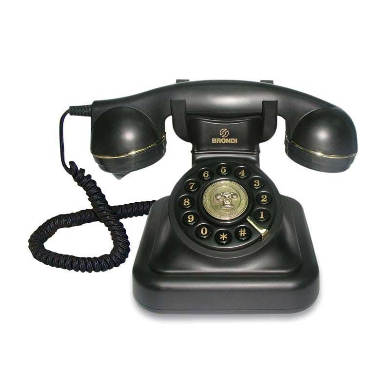 Telefono Brondi Vintage 20 - negro - El teléfono Vintage 20 color negro de Brondi le dará un toque retro al interior de tu casa al tiempo que aporta calidad a sus llamadas. El teléfono fijo Vintage 20 memoriza el último número marcado para efectuar una re-llamada y le permite ajustar el volumen del tono de llamada timbre. Discado por tonos - pulsos. Teléfonos de Diseño Vintage de calidad con bordes en símil de oro y trama de cables. Viaje en el tiempo con el Brondi Vintage 20 !. - Medidas ancho x profundo x alto: 14,5x14,5x16 cm.