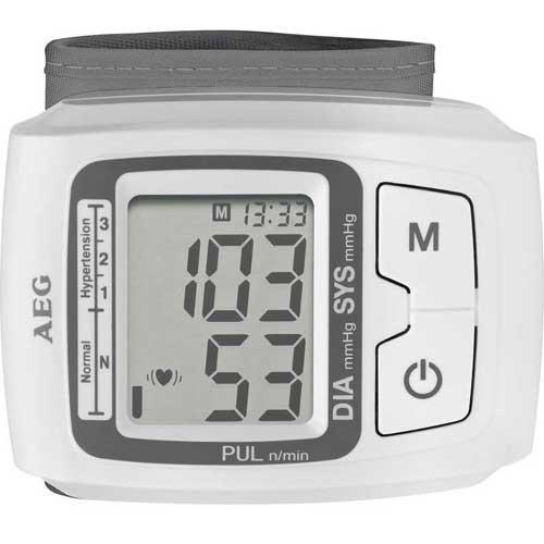 Tensiómetro de muñeca AEG BMG5610 - Tensiometro AEG para medición de presión sanguínea y pulso, preciso y rápido de la muñeca. Fácil uso. Pantalla LCD de fácil lectura. Mediciones adaptadas según acuerdo con el sistema de clasificación OMS - Organización Mundial de la Salud -. Rango de medición de la presión sanguínea: Sys: 60 - 260 / Dia: 40 a 199 mmHg. Medición del pulso rango: 40-180 latidos-minuto. Indicación de 3 valores: sístole, diástole, pulso. Detector de arritmia o latidos cardíacos irregulares. Opción x2, 60 resultados de medición, ideal para un máximo de 2 usuarios. Valor medio calculado a partir de las 3 últimas lecturas, ideal para el seguimiento a largo plazo medición. Visualización de la fecha y la hora. Sujetador de larga duración de gancho y bucle para la circunferencia de la muñeca de 14 - 19,5 cm. Señal acústica de aviso al principio y al final de una medición. Apagado automático (después de 1 minuto sin uso), aumenta la duración de la batería. Indicación de cambio de batería. Certificado según la norma EN 0197 1060/MDD/CE. Funcionamiento con pilas: 2 pilas de 1,5 V -AAA-.
