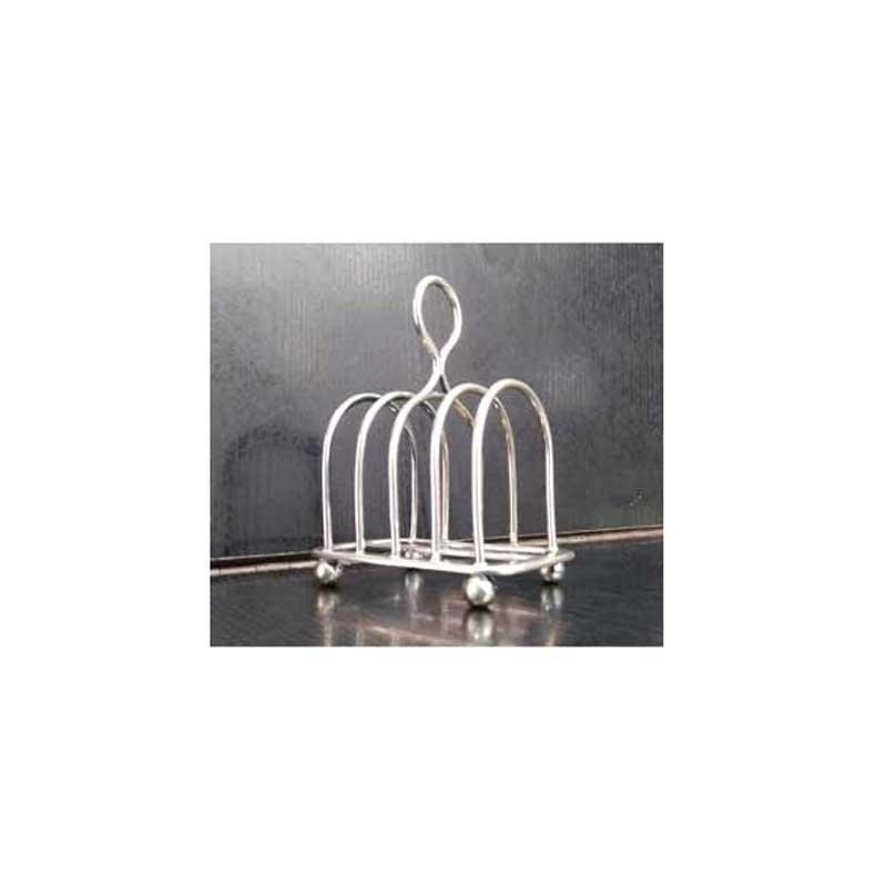 Tostadora de pan Vintage JG - silver plate - Autentico pequeña tostadora calentador de pan para cuatro piezas Vintage de elegante diseño Art Deco. – Tostador metálico con acabado placado en plata - silver plate -, y 4 pies de bollo. Está completamente estampado con marcas o sellos en el pentagrama central y se cree que es una pieza de John Gilbert - J.G -. El número registrado 942 está grabado en la base. Las características del tostador son:  - Capacidad: 4 piezas. - Dimensiones Alto x Ancho x Profundo : 11 x 8,7 x 6,2 cm. - Estado: Usado, en muy buenas condiciones. - Made in England. Nota: Puede presentar daños estéticos derivados del uso y antigüedad. Se entrega lo que aparece en fotografías. + Ver Detalles +.